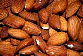 Almendras con piel, resultado de las plantaciones de almendro.